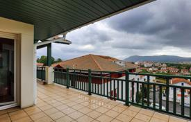 3 bedroom apartments for sale in Aquitaine-Limousin-Poitou-Charentes. Three-bedroom apartment with a terrace and views of the mountains, Hendaye, Aquitaine, France