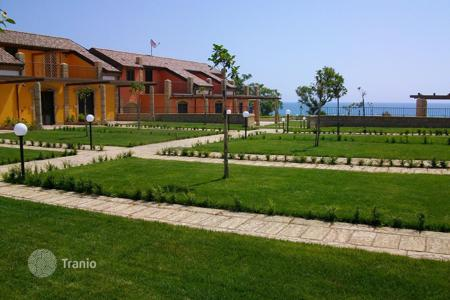 Coastal property for sale in Italy. Townhouses with 2 bedrooms, garden and private access to the sea, in a new residential complex, just steps from the beach in Crotone, Italy