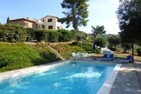 Houses with pools for sale in Panicale. Unique villa in Perugia, Italy