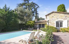 4 bedroom houses for sale in Cannes. Cozy villa with a pool and a sauna, near the city center, Cannes, France