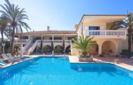 Luxury houses with pools for sale in Majorca (Mallorca). Well-kept villa with a large pool, a garden and a garage in the heart of Sol de Mallorca, Spain