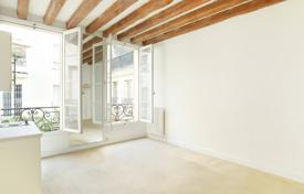 Cheap residential for sale in Paris. Paris 6th District – A studio apartment overlooking a leafy courtyard