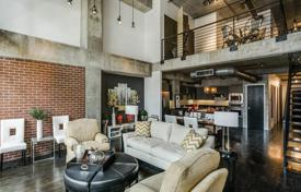 Property for sale in Dallas. Two-level apartment with a terrace, in a residence with a swimming pool, in the center of Dallas, Texas, USA