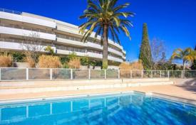 Apartments with pools for sale in Nice. Apartment in Nice with a private garden, pool and sea views