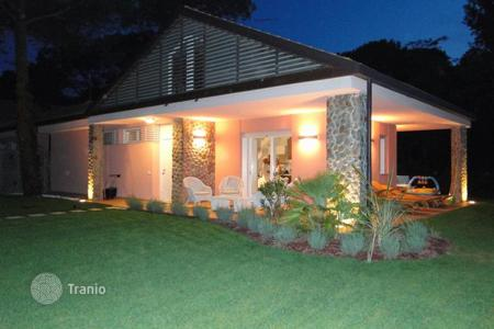 Coastal residential for sale in Veneto. Villa with garden near the beach