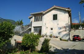 4 bedroom houses for sale in Ospedaletti. Villa in Ospedaletti, Italy. Spacious terrace, large plot of 5000 m², garage, garden