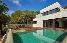 Luxury 4 bedroom houses for sale in Catalonia. Fantastic villa with sea view in prestigious urb. Cala Canyelles