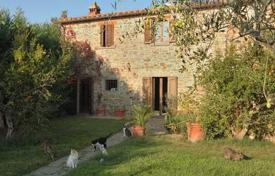 Old two-storey villa with a pool in Cortona, Tuscany, Italy for 850,000 €