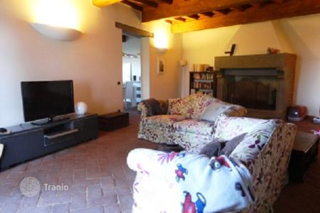 Property for sale in Fiesole. Apartment with a fireplace, a garden and a jacuzzi, in a historic house, Fiesole, Italy