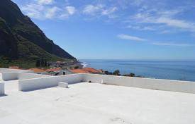 Apartments with pools by the sea for sale in Portugal. Beautiful villa for Sale in Madalena do Mar, Ponta do Sol. Fabulous price!