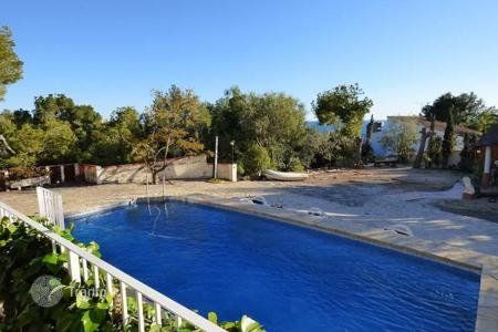 5 bedroom houses by the sea for sale in Altea. Mediterranean-style villa of 5 bedrooms with a large pool and sea views in Altea, Alicante