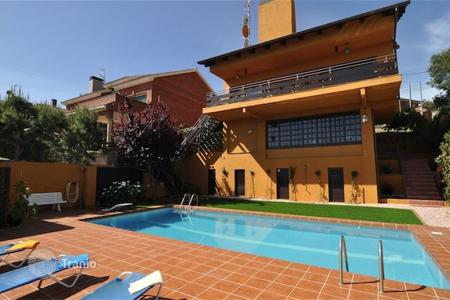 Houses with pools for sale in Costa del Garraf. Villa – Castelldefels, Catalonia, Spain