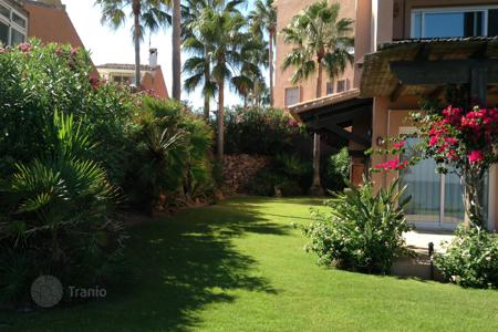 Townhouses for sale in Estepona. Luxurious Beachfront Townhouse in Estepona