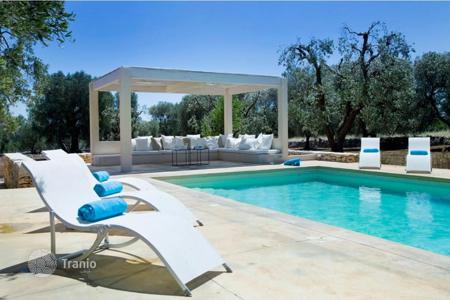 Luxury houses with pools for sale in Apulia. Extraordinary villa for sale in Ostuni, 4 bedrooms, private pool and garden. A unique, cozy retreat surrounded by olive and almond trees