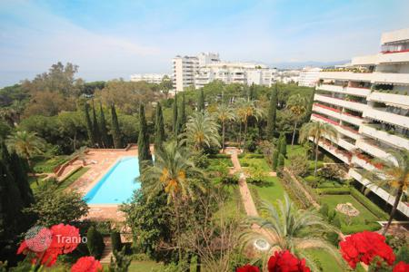 Luxury apartments with pools for sale in Andalusia. Apartment for sale in Don Gonzalo, Marbella