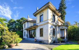 Luxury houses for sale in Stresa. A luxury Villa with a well-cared garden of 3100 m² in Stresa, Maggiore lake