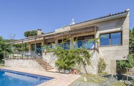 Houses with pools for sale in Tarragona. Luxury villa with an infinity pool, a veranda, a summer dining room and a separate apartment, next to Barcelona, Cambrils, Spain