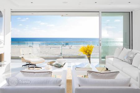 5 bedroom houses for sale in North America. Elegant beachfront villa in Manhattan Beach, USA. House with high-quality finishing, a yoga studio, a professional gym