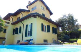 Houses with pools for sale in Lake Garda. Single villa with lakewiew and pool, Desenzano del Garda