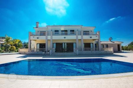Apartments for rent with swimming pools in Cyprus. This fabulous 7 bedroom villa offers the ultimate in luxury, space and privacy. Both inside and outside, the villa is stunning in