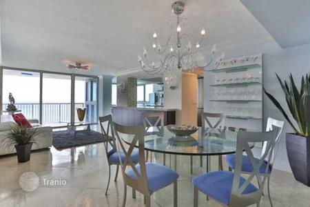 2 bedroom apartments for sale in North America. The spacious and bright apartments with views of the ocean, in a condominium with swimming pool and gym on the first line, Miami Beach