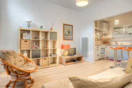 Cheap apartments for sale in Cannes. Furnished apartment in resort zone at Mediterranean seashore, Cannes, France