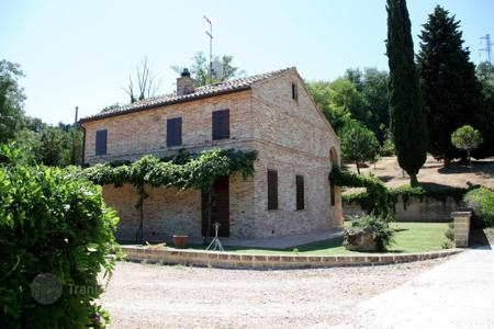 Houses for sale in Marche. Lovely country house in Montecosaro, region Marche