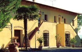 Two-storey villa with a vineyard and an olive grove in Lari, Tuscany, Italy for 980,000 €