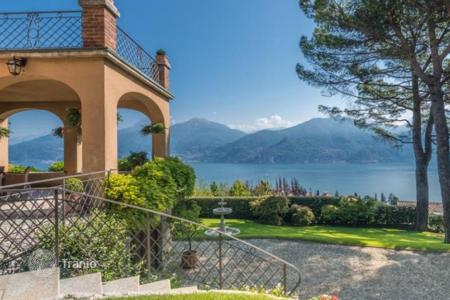 Houses with pools for sale in Menaggio. Furnished villa with swimming pool and park in Menaggio, Italy