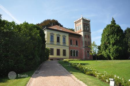 Luxury houses for sale in Cadegliano-Viconago. Villa – Cadegliano-Viconago, Lombardy, Italy