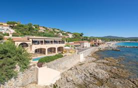 5 bedroom houses for sale in Sainte-Maxime. Close to Saint-Tropez — Magnificent waterfront property