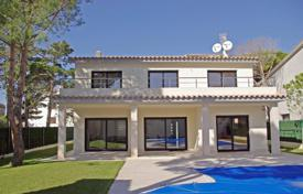 5 bedroom houses for sale in S'Agaró. New two-storey villa with a garden, a pool and a barbecue area, next to the beach, Sagaro, Spain