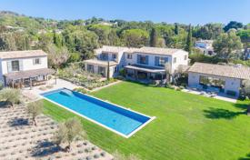 Houses with pools for sale in Saint-Tropez. New premium villa with a private garden, a swimming pool, a sauna, a cinema, a cellar and a garage, Saint-Tropez, France
