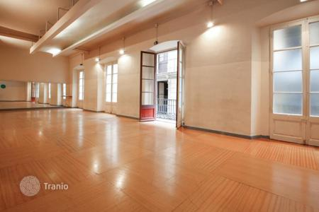 Apartments for sale in Ciutat Vella. Spacious apartment with a gallery in the center of the Gothic Quarter, Barcelona