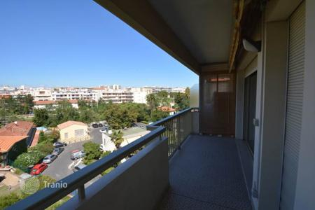 Cheap residential for sale in Côte d'Azur (French Riviera). Two-bedroom apartment in the center of Juan les Pins, two minutes from the beach
