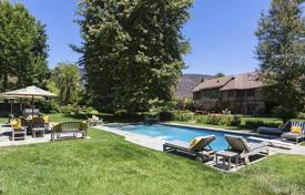 Luxury houses with pools for sale in North America. The estate in Malibu