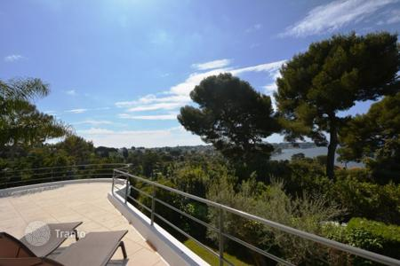 Luxury 4 bedroom houses for sale in Côte d'Azur (French Riviera). Superb refurbished villa in gated domain with sea views