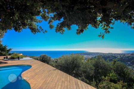 Luxury houses with pools for sale in Menton. Charming villa with panoramic sea views in Menton