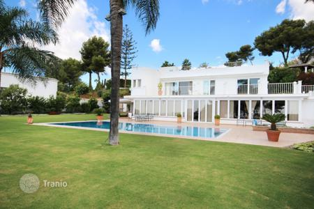 Luxury 3 bedroom houses for sale in Costa del Sol. Villa for sale in Altos Reales, Marbella Golden Mile