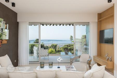 Property for sale in Cannes. 3-bedroom apartment with view at Mediterranean sea in complex with pool and park, Cannes, Cote d'-Azur