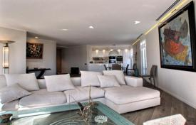 Luxury apartments with pools for sale in Cannes. Penthouse overlooking the sea with a private pool, Cannes, France