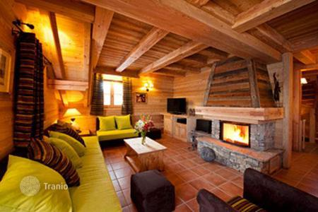 Villas and houses to rent in Huez. Ski-in/ski-out chalet with a sauna and parking in Alp d'Huez, French Alps, France