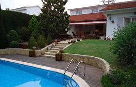 5 bedroom houses for sale in Tarragona. Villa with a swimming pool and a garden in the center, Altafulla, Spain