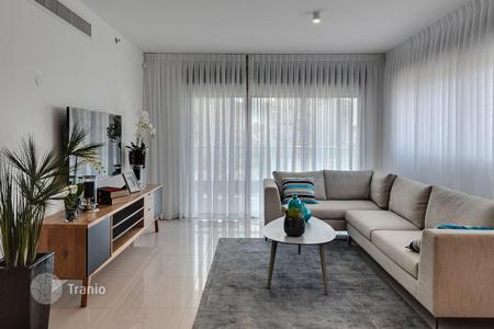 4 bedroom apartments by the sea for sale in Israel. Apartment with balcony and sea view, in a residence with gym and parking, in Netanya, Israel