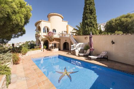 Houses with pools for sale in El Mas Fumats. Villa – El Mas Fumats, Catalonia, Spain
