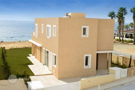 Houses with pools for sale in Paphos (city). Villa with a garden, a swimming pool and a view of the sea, Paphos, Cyprus