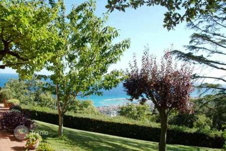 Luxury residential for sale in Savona. Beautiful villa of 400 m² with garden for sale in Liguria, near Savona, in panoramic position with beautiful views of the sea and marina