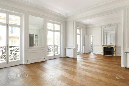 2 bedroom apartments for sale in 16th arrondissement of Paris. Paris 16th District. – A perfect pied a terre in prestigious Avenue Foch, between the Arc de Triomphe and the leafy Bois de Boulogne
