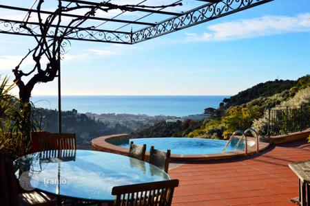 Luxury 5 bedroom houses for sale in Liguria. Villa with a balcony, a terrace with a jacizzi and a panoramic view, a pool, a garden, and a guest house, near the city center, Bordighera