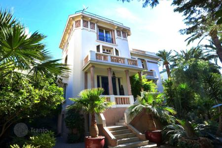 Coastal houses for sale in Côte d'Azur (French Riviera). Splendid Art Deco mansion at 150 meters from the beach